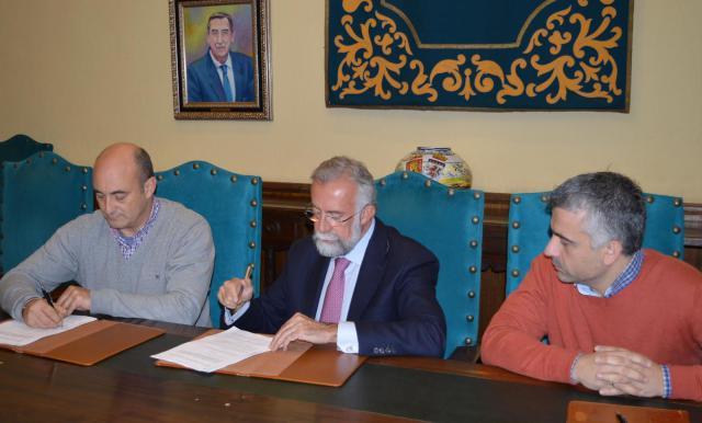 Firma del convenio de colaboración entre el Ayuntamiento y la empresa Iniciativas RFE