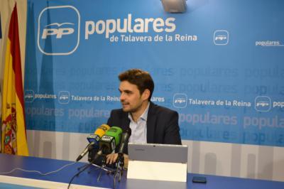 El presidente del Partido Popular de Talavera, Santiago Serrano, en rueda de prensa