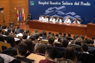 Más de 240 estudiantes de Talavera participan en una jornada para conocer el día a día de un centro hospitalario