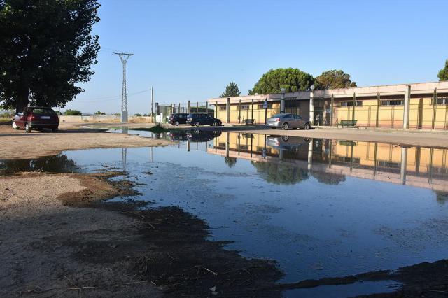 El charco frente a la piscina de Patrocinio sigue creciendo sin que nadie aporte soluciones