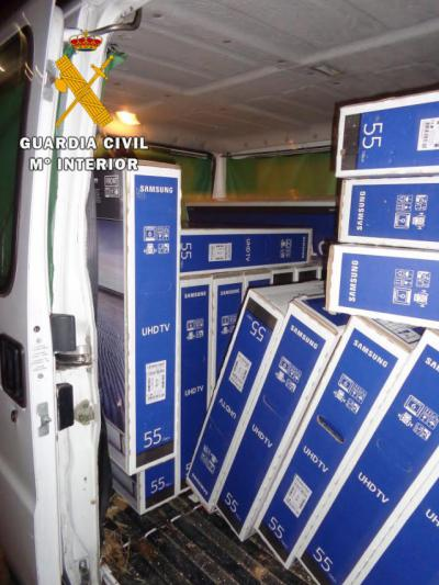 La Guardia Civil detiene a dos personas que fueron sorprendidas robando 21 televisores