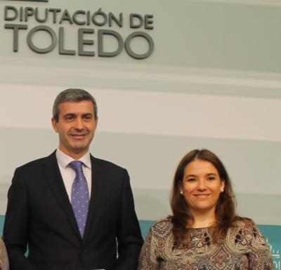 El presidente de la Diputación de Toledo y la vicepresidenta de Afanion en Toledo, Eva Ocaña / Archivo