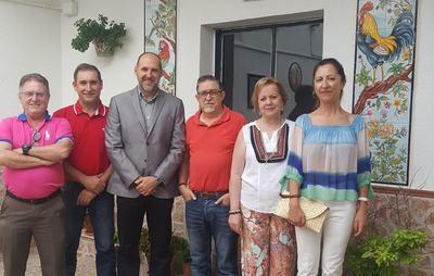 El delegado de la Junta en Talavera, David Gómez,  ha visitado el Taller Artesano del maestro alfarero Bienvenido Carrasco Fletes en Puente del Arzobispo.