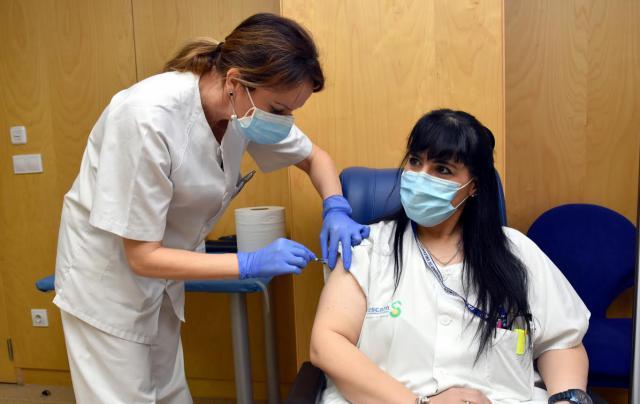 FOTOS | Comienza la vacunación frente al Covid de los sanitarios