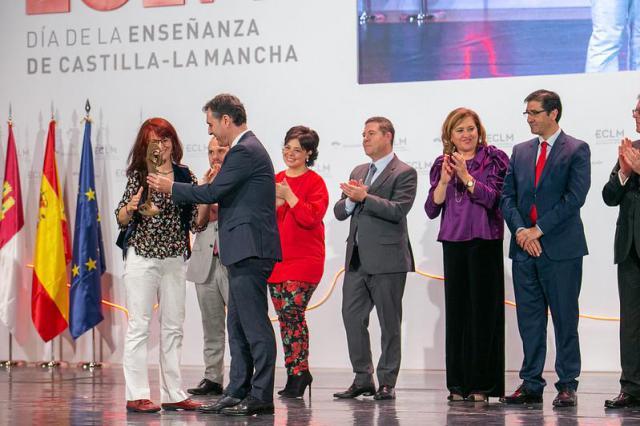 La profesora Ana María Crespo, de la Escuela de Arte de Talavera, premiada en el Día de la Enseñanza