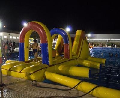 Gran acogida de la primera sesión de piscina nocturna en Torrijos