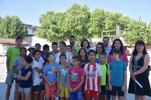 La alcaldesa y varios concejales visitan a los niños del campamento urbano