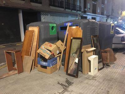 Algo no funciona en Talavera: colchones, neveras y muebles tirados en la calle