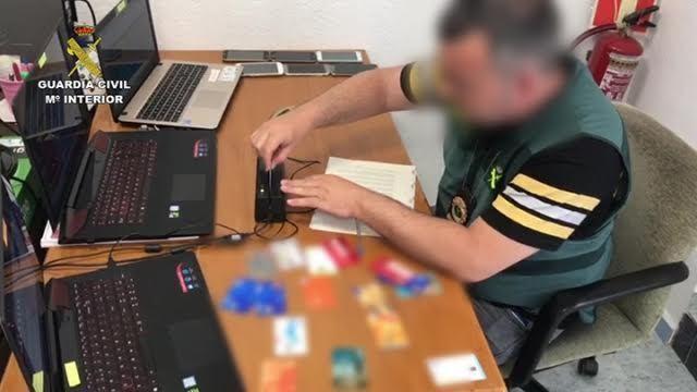 La Guardia Civil detiene a 35 personas por falsificar tarjetas bancarias