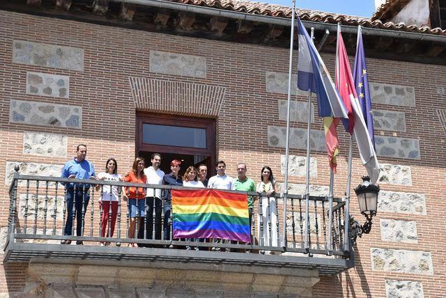 La bandera del Orgullo ya está en el balcón noble del Ayuntamiento de Talavera