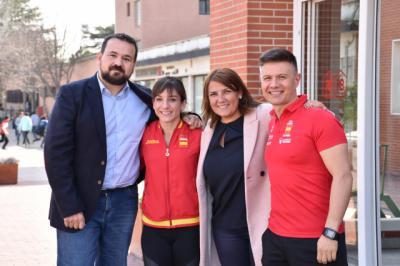 Agustina García y Juan Ramón Amores felicitan a la karateka Sandra Sánchez por su último oro logrado en Dubai