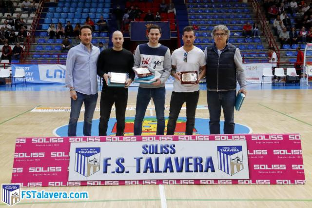 El Soliss FS Talavera entregó una placa de homenaje a tres ex jugadores del conjunto cerámico