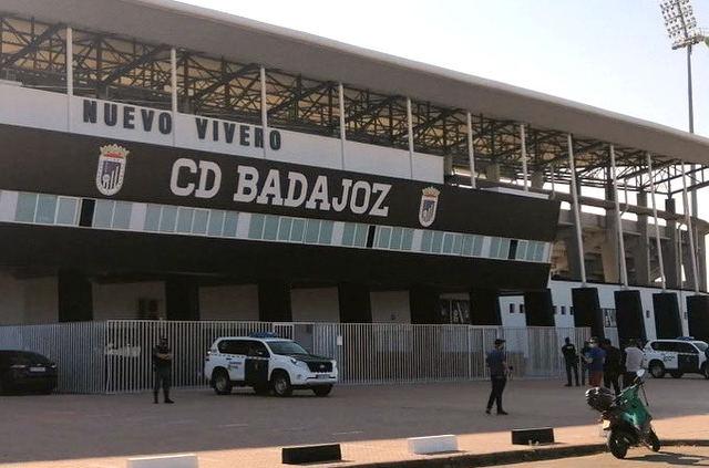 Registro de la Guardia Civil en las oficinas del Badajoz y las empresas del presidente del club
