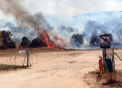 Impactantes imágenes del fuego en el embalse próximo a Talavera
