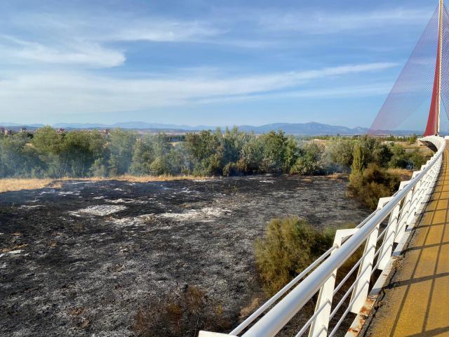 VIDEO | Continúa la extinción del fuego en el puente del Tajo en Talavera. Así está quedando la zona