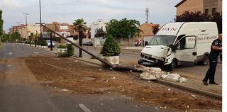 Una furgoneta choca contra una farola y un macetero frente al Hospital de Talavera