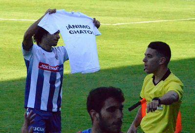 Emocionante dedicatoria a Chato en el partido del CF Talavera