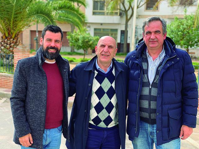 Pablo Burillo, en el centro, con los responsables del fútbol en La Puebla de Almoradiel.