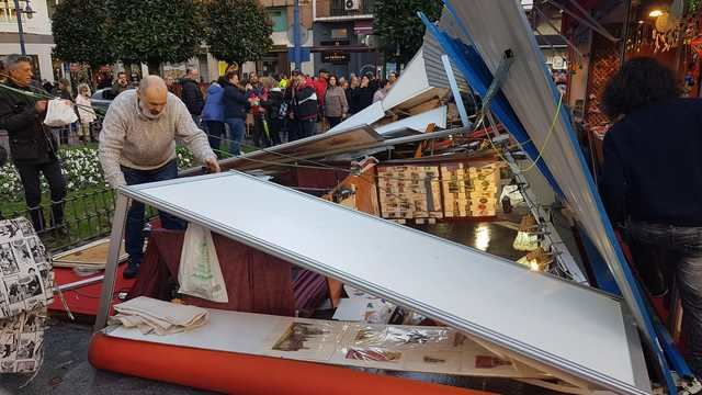 Así quedó uno de los stands del Mercadillo de Navidad en la Talavera a calle de la Trinidad.
