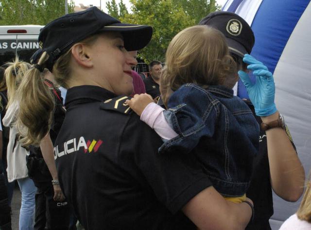 TOLEDO | Dos policías nacionales evitan el atragantamiento de una niña de tres años