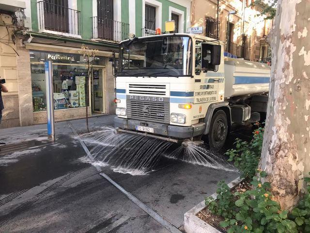 FOTOS | Desinfección intensiva por barrios y colegios, a mano y a máquina, en Talavera