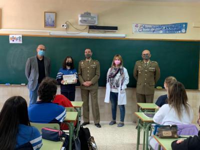 La Fuerzas Armadas hacen entrega de sus premios a dos estudiantes de Talavera