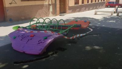 Un juego infantil de grandes dimensiones se desploma mientras jugaban los niños