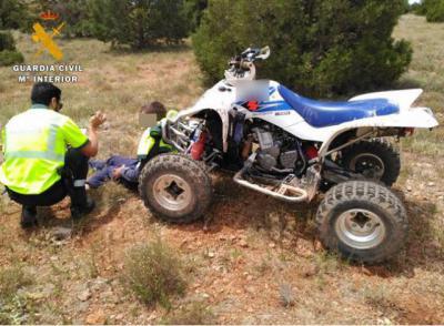 La Guardia Civil auxilia a un joven tras sufrir un grave accidente con un quad