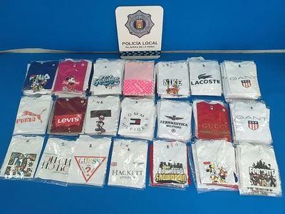 Incautan cerca de 300 camisetas falsificadas en el mercadillo de Talavera