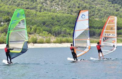Víctor Lorenzo, del CN Serranillos, conquista la primera prueba del Campeonato CLM de Windsurf