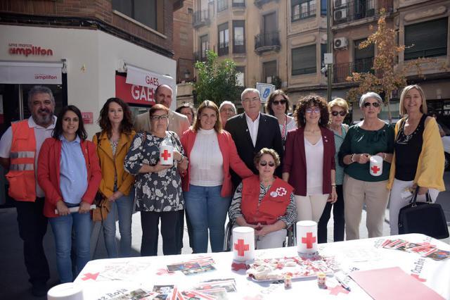 El Gobierno municipal muestra su apoyo a Cruz Roja en el 'Día de la Banderita'
