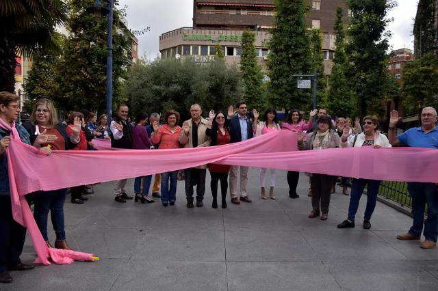 Un gran lazo rosa en Talavera para luchar contra el cáncer de mama