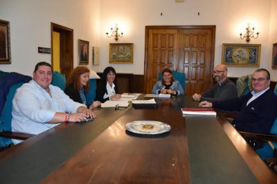 Reunión de la alcaldesa Tita García con los responsables de Cáritas Talavera