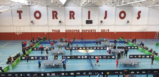 La liga supermanchega de tenis de mesa reúne en Torrijos a cerca de un centenar de jugadores