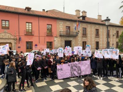"""El Colegio Cristóbal Colón """"inunda"""" Talavera de manos moradas contra la violencia de género"""