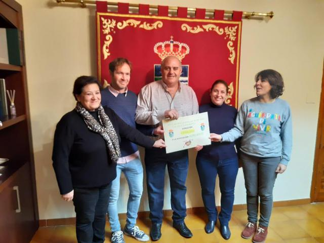 Talavera La Nueva entrega a la Asociación AdELAnte CLM un cheque de 1.906,50 euros