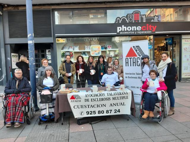 Mesa informativa en Talavera por el Día Nacional de la Esclerosis Múltiple