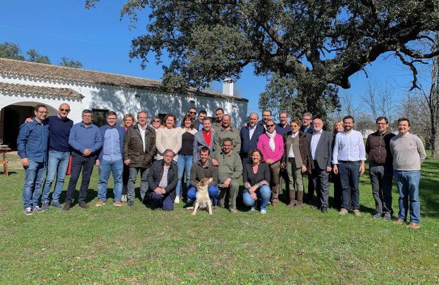 El presidente de Castilla-La Mancha visita en Oropesa la finca 'El Dehesón del Encinar'