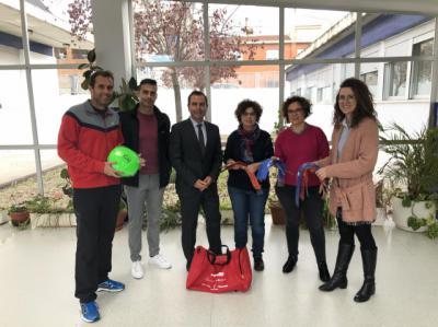 45 centros educativos de la provincia de Toledo reciben un kit con material deportivo