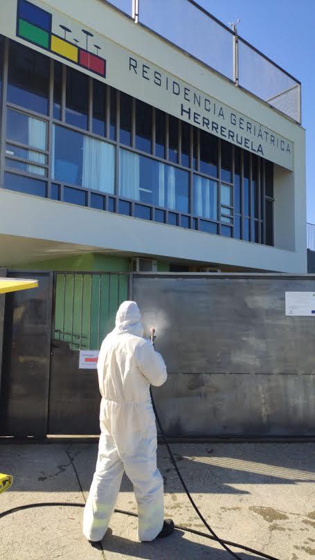 CORONAVIRUS | Así desinfecta GEACAM las calles de Herreruela de Oropesa