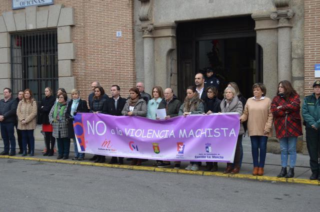 Talavera condena la violencia de género con un minuto de silencio en la puerta del Ayuntamiento