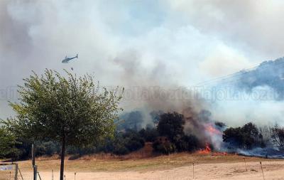 Así luchan contra el fuego en el embalse de Cazalegas