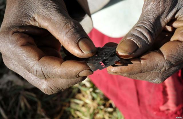 Profes que evitan la mutilación genital femenina en las aulas