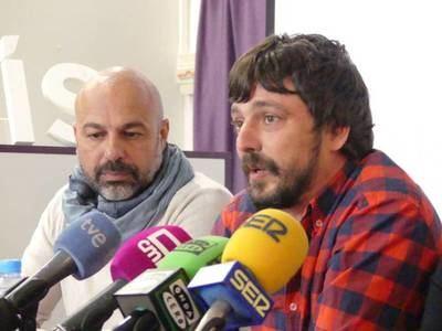 Sergio Ortiz (d) junto al líder de Podemos en la región, José García Molina