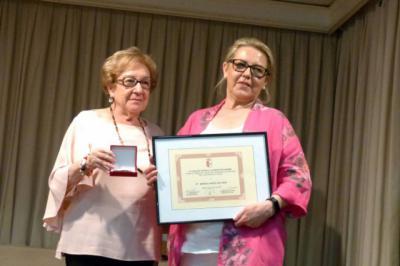 La ceramista Mónica García del Pino recibe el galardón 'castellano-manchega del año'