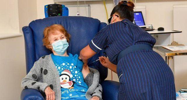 COVID | Una mujer de 90 años, primera persona en recibir la vacuna de Pfizer en el mundo