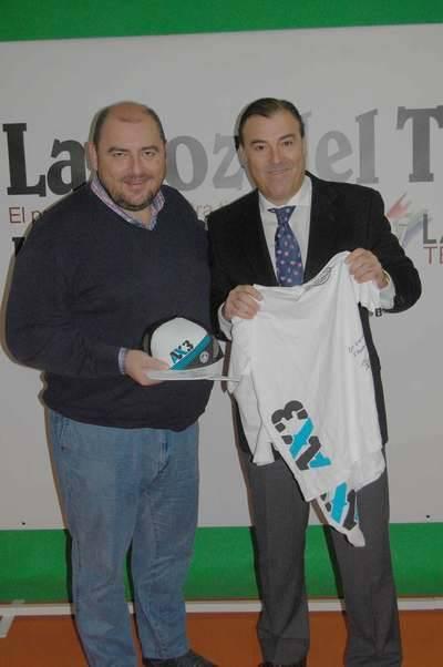 La empresa talaverana de ropa deportiva AX3 visita la redacción de La Voz del Tajo