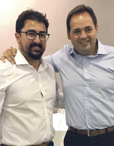 El candidato del PP, José Antonio Muñoz, a la izquierda junto a Paco Núñez tendrá que sentarse en el banquillo