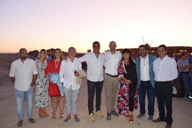 1 Tomas Palencia presidente de la AHT junto a Miembros de la Junta directiva y el director adjunto de Puy du Fou David Nouville.