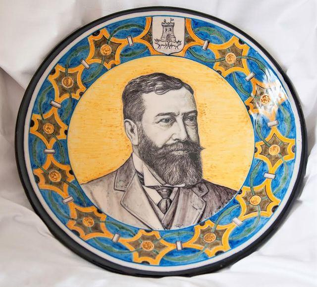 """D. José Fernández Sanguino. Plato de cerámica de """"El Carmen"""", 1908"""